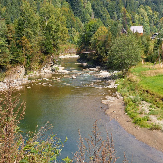 Дорога на водопад Женецкий Гук в Карпатах