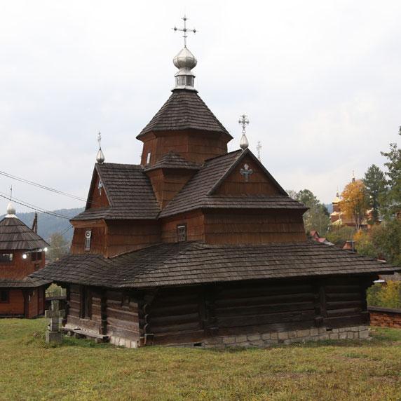 Церква Різдва Богородиці у Ворохті в Карпатах