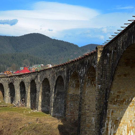 Міст-віадук у Ворохті в Карпатах